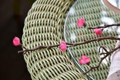 Adornamiento de las flores en la tabla Fotos de archivo libres de regalías