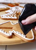Adornamiento de las galletas del pan de jengibre Imagen de archivo libre de regalías