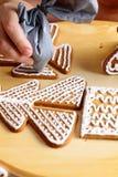 Adornamiento de las galletas del pan de jengibre Fotografía de archivo