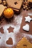 Adornamiento de las galletas del pan de jengibre con el azúcar de formación de hielo Foto de archivo