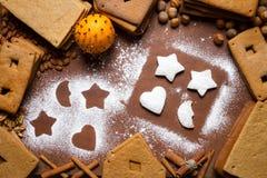 Adornamiento de las galletas del pan de jengibre con el azúcar de formación de hielo Fotografía de archivo libre de regalías