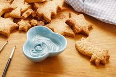 Adornamiento de las galletas del pan de jengibre con la formación de hielo azul y blanca Imagenes de archivo