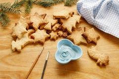 Adornamiento de las galletas del pan de jengibre con la formación de hielo azul y blanca Foto de archivo libre de regalías