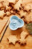 Adornamiento de las galletas del pan de jengibre con la formación de hielo azul y blanca Fotos de archivo libres de regalías