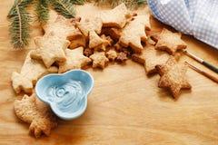 Adornamiento de las galletas del pan de jengibre con la formación de hielo azul y blanca Foto de archivo