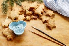 Adornamiento de las galletas del pan de jengibre con la formación de hielo azul y blanca Fotos de archivo
