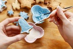 Adornamiento de las galletas del pan de jengibre con la formación de hielo azul y blanca Fotografía de archivo
