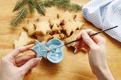Adornamiento de las galletas del pan de jengibre con la formación de hielo azul y blanca Imagen de archivo