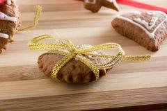Adornamiento de las galletas del pan de jengibre con las cintas del colourfull Imagenes de archivo