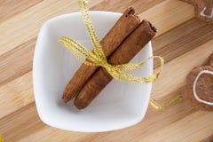 Adornamiento de las galletas del pan de jengibre con las cintas del colourfull Imagen de archivo libre de regalías