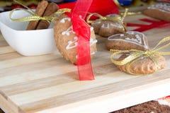 Adornamiento de las galletas del pan de jengibre con las cintas del colourfull Fotografía de archivo