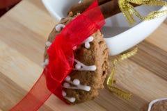 Adornamiento de las galletas del pan de jengibre con las cintas del colourfull Foto de archivo