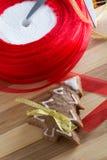 Adornamiento de las galletas del pan de jengibre con las cintas del colourfull Fotos de archivo libres de regalías