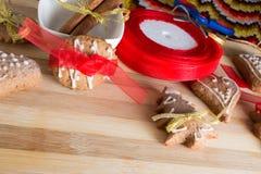 Adornamiento de las galletas del pan de jengibre con las cintas del colourfull Foto de archivo libre de regalías