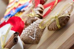Adornamiento de las galletas del pan de jengibre con las cintas del colourfull Imagen de archivo