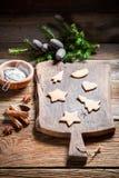 Adornamiento de las galletas del pan de jengibre de la Navidad Imágenes de archivo libres de regalías