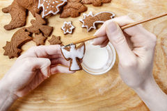Adornamiento de las galletas del pan de jengibre para la Navidad Imágenes de archivo libres de regalías