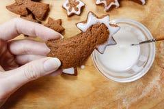 Adornamiento de las galletas del pan de jengibre para la Navidad Imagenes de archivo
