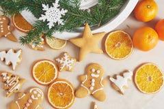 Adornamiento de las galletas del pan de jengibre con la formación de hielo blanca, el foco selectivo y el lugar para el texto Foto de archivo libre de regalías