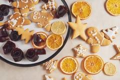 Adornamiento de las galletas del pan de jengibre con la formación de hielo blanca, el foco selectivo y el lugar para el texto Imagen de archivo libre de regalías