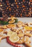 Adornamiento de las galletas del pan de jengibre con la formación de hielo blanca, el foco selectivo y el lugar para el texto Fotos de archivo libres de regalías