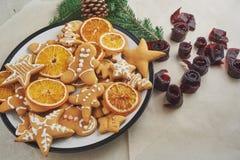 Adornamiento de las galletas del pan de jengibre con la formación de hielo blanca, el foco selectivo y el lugar para el texto Imágenes de archivo libres de regalías