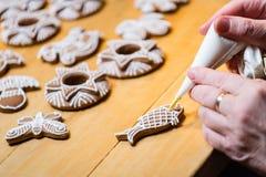 Adornamiento de las galletas tradicionales del pan de jengibre de la Navidad Fotos de archivo