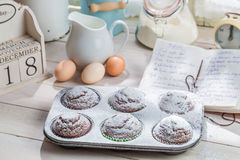 Adornamiento de las magdalenas dulces con el azúcar de echador Imágenes de archivo libres de regalías