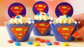 Adornamiento de las magdalenas temáticas del superhombre de la fiesta de cumpleaños del ` s de los niños Fotografía de archivo
