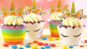 Adornamiento de las magdalenas temáticas del unicornio de la fiesta de cumpleaños del ` s de los niños, primer Fotografía de archivo libre de regalías