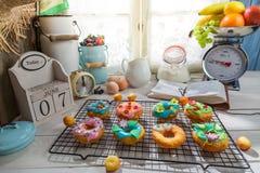 Adornamiento de los anillos de espuma dulces en la cocina soleada Imagen de archivo libre de regalías
