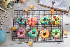 Adornamiento de los anillos de espuma hechos en casa en la cocina rústica Imagen de archivo