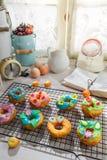 Adornamiento de los anillos de espuma sabrosos en la cocina soleada Fotografía de archivo libre de regalías