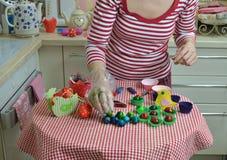 Adornamiento de los huevos de Pascua Foto de archivo libre de regalías