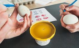 Adornamiento de los huevos de Pascua con la cera Imagenes de archivo