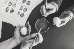 Adornamiento de los huevos de Pascua con la cera Fotografía de archivo