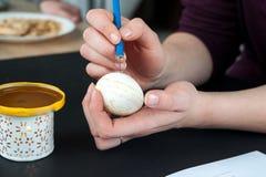 Adornamiento de los huevos de Pascua con la cera Imagen de archivo