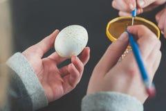 Adornamiento de los huevos de Pascua con la cera Fotos de archivo