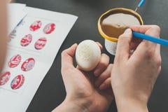 Adornamiento de los huevos de Pascua con la cera Foto de archivo libre de regalías