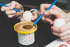 Adornamiento de los huevos de Pascua con la cera Foto de archivo
