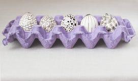 Adornamiento de los huevos de Pascua usando un método de la cera-resistencia Imagen de archivo