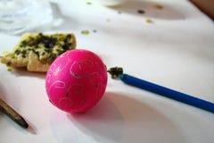 Adornamiento de los huevos de Pascua con cera de abejas y una aguja Imagen de archivo