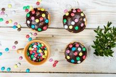 Adornamiento de los molletes de pascua con los caramelos Imagenes de archivo