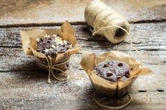 Adornamiento de los molletes del chocolate con el papel y la secuencia Imagenes de archivo