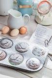 Adornamiento de los molletes deliciosos con el azúcar de echador Fotografía de archivo libre de regalías