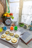 Adornamiento de los molletes dulces con crema Fotos de archivo libres de regalías