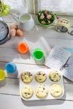 Adornamiento de los molletes dulces con crema y la decoración Imagen de archivo libre de regalías