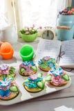 Adornamiento de los molletes frescos con crema dulce Fotos de archivo libres de regalías