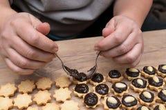 Adornamiento de los pasteles dulces del coco con el relleno y las almendras del chocolate Fotografía de archivo libre de regalías