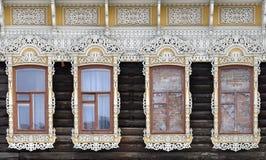 Adornamiento de madera de los edificios residenciales viejos de las ventanas Imagenes de archivo